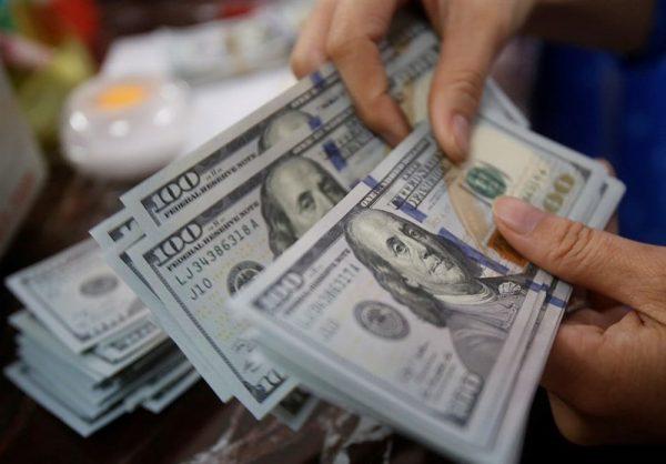 کاهش همزمان قیمت دلار در بازار آزاد و صرافی های بانکی/ نرخ الان: ۱۳ هزار و ۹۰۰ تومان