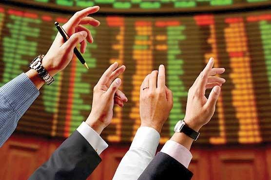 سهام بانک ملت طی هفتههای اخیر بار دیگر مورد توجه معاملهگران قرار گرفته است. در معاملات روز گذشته این سهم تا نزدیکی سقف قیمتی روزانه نیز رشد داشت با این حال در ادامه معاملات، عقبنشینی از این سطح را شاهد بودیم. در معاملات امروز اما بر شدت فشار فروش افزوده شد. در حالیکه نوسانات اخیر «وبملت» روی موج اخبار در هفتههای گذشته، پیش از این در «دنیای بورس» مطرح شده بود در شرایط کنونی نگاهی به برخی از روایتهای احتمالی برای سهام این بانک جالب توجه خواهد بود.