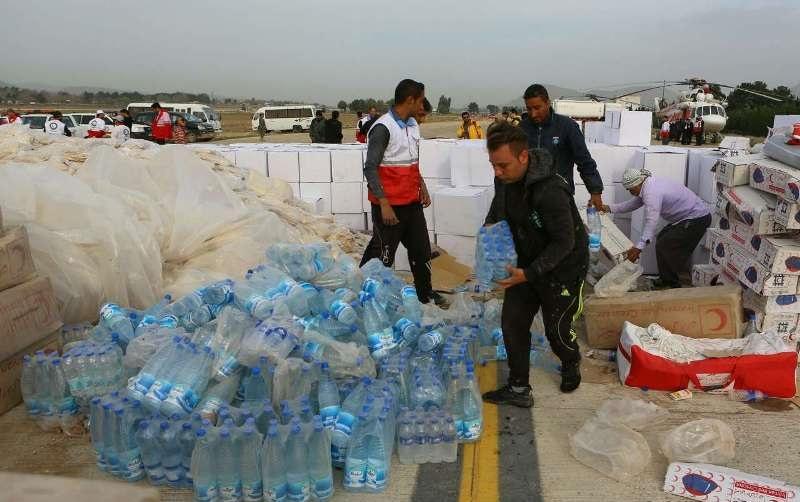 توزیع غذای گرم و آب معدنی در استان سیل زده لرستان