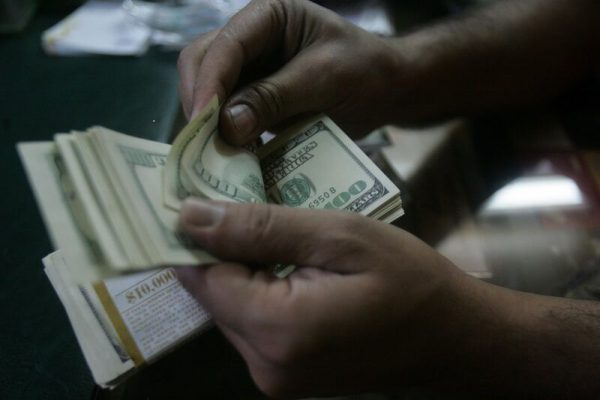 نگاهی به نوسان نرخ دلار در ۳۰ سال گذشته