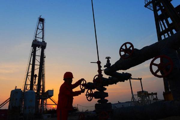 عربستان قیمت نفت خام خود را در بازار اسیا کاهش میدهد