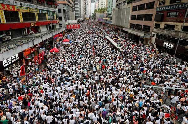 معترضان هنگکنگی در فروشگاههای بزرگ تحصن میکنند
